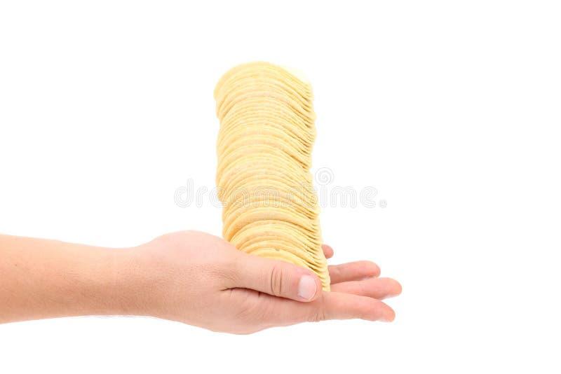 Pile de pommes chips en main. photos libres de droits