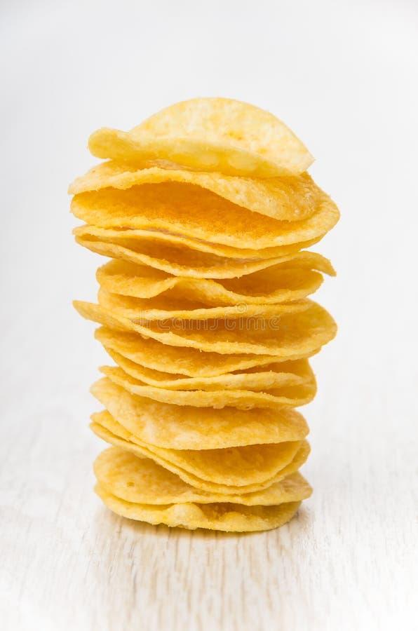 Pile de pommes chips sur la table image libre de droits