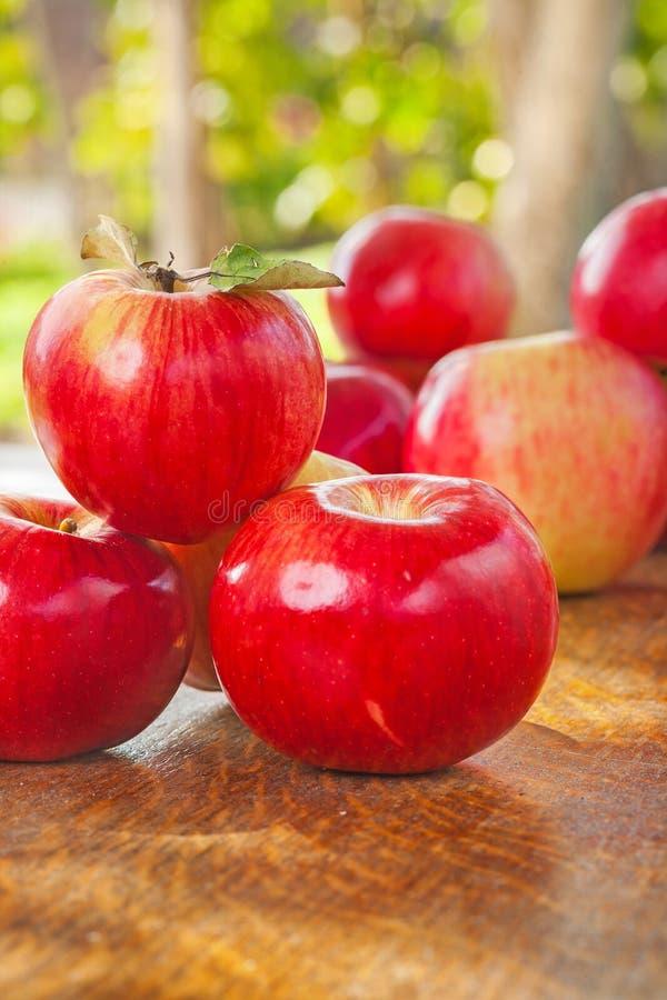 Download Pile De Pommes Sur La Table En Bois Dans Le Jardin Image stock - Image du vivacité, lame: 45363379