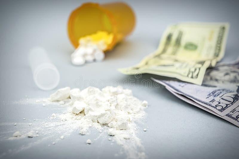 Pile de poudre de drogue de cocaïne avec plusieurs billets du dollar photographie stock libre de droits