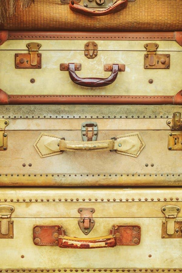 Pile de quatre valises superficielles par les agents par antiquité image stock
