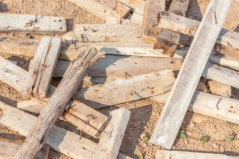 Pile de rebut de vieille planche en bois utilisée avec des clous de saleté photographie stock libre de droits