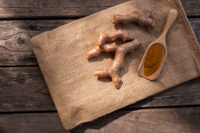 Pile de safran des indes frais coup? sur le fond en bois, concept d'herbe, ?pice asiatique traditionnelle photographie stock