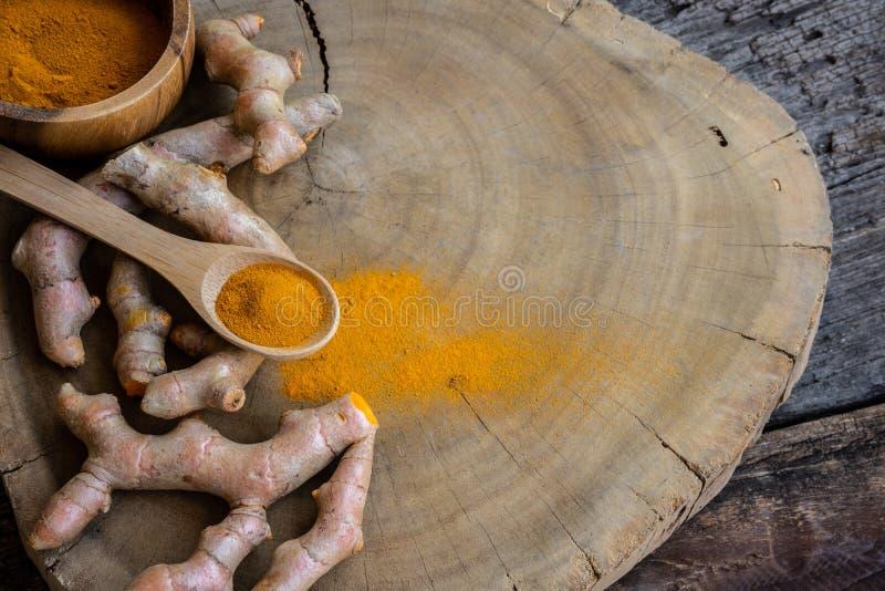 Pile de safran des indes frais coup? sur le fond en bois, concept d'herbe, ?pice asiatique traditionnelle photos libres de droits