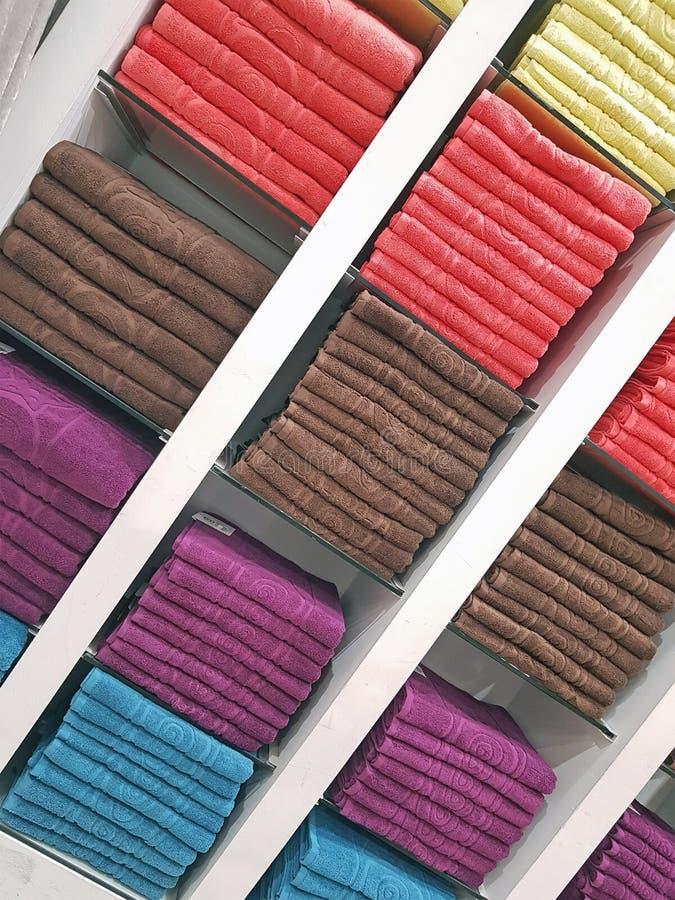 Pile de serviettes colorées - fond coloré images libres de droits