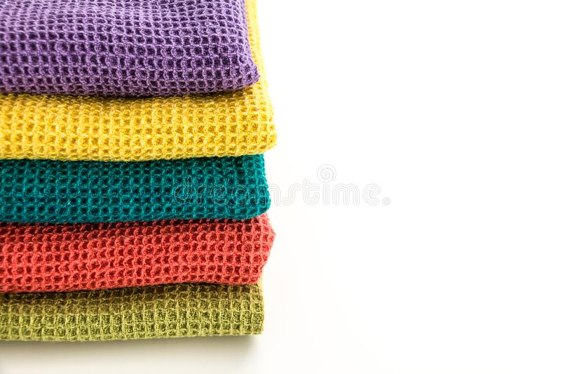 Pile de serviettes de cuisine colorées d'une manière ordonnée pliées photos libres de droits