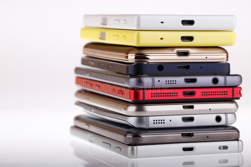 Pile de téléphone portable Tas des différents smartphones image stock