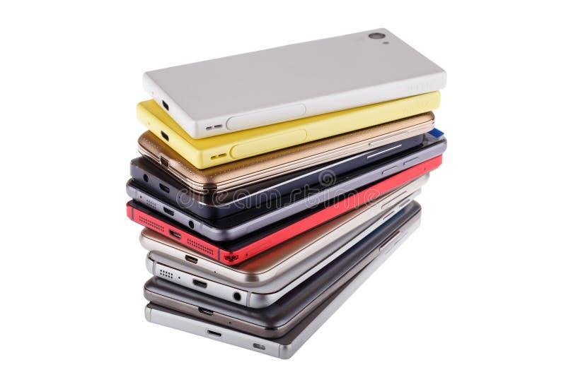 Pile de téléphone portable Tas des différents smartphones d'isolement photographie stock