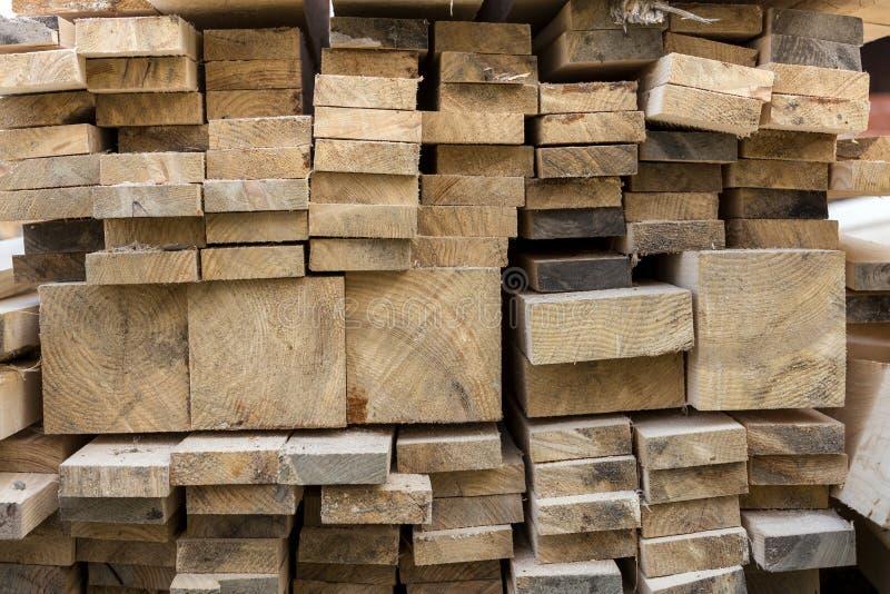 Pile de taille différente approximative inégale brune naturelle de conseils en bois images libres de droits