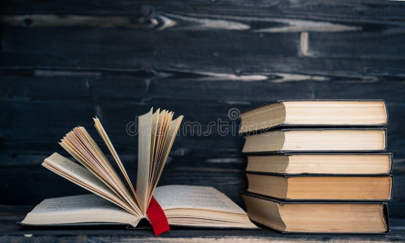pile de tas des livres rares livre ouvert de lecture et repère rouge photo libre de droits