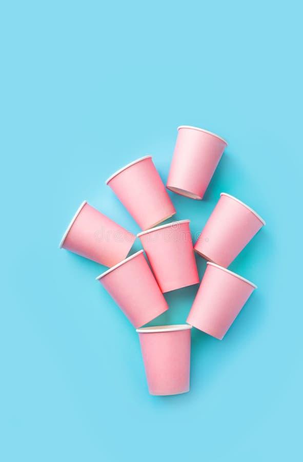 Pile de tasses de papier potables roses sur le fond bleu en bon état Amusement d'enfants de vacances de célébration de fête d'ann image libre de droits