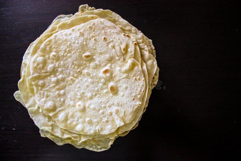 Pile de tortillas rondes faites maison sur la table noire image libre de droits