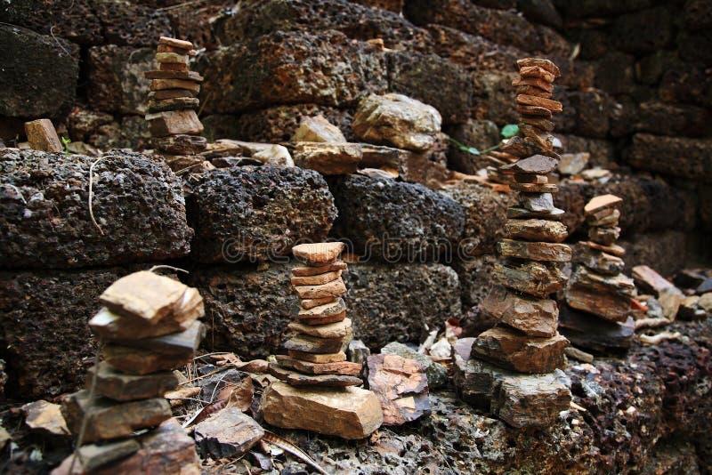 Pile de tours de caillou sur la pierre de latérite image libre de droits