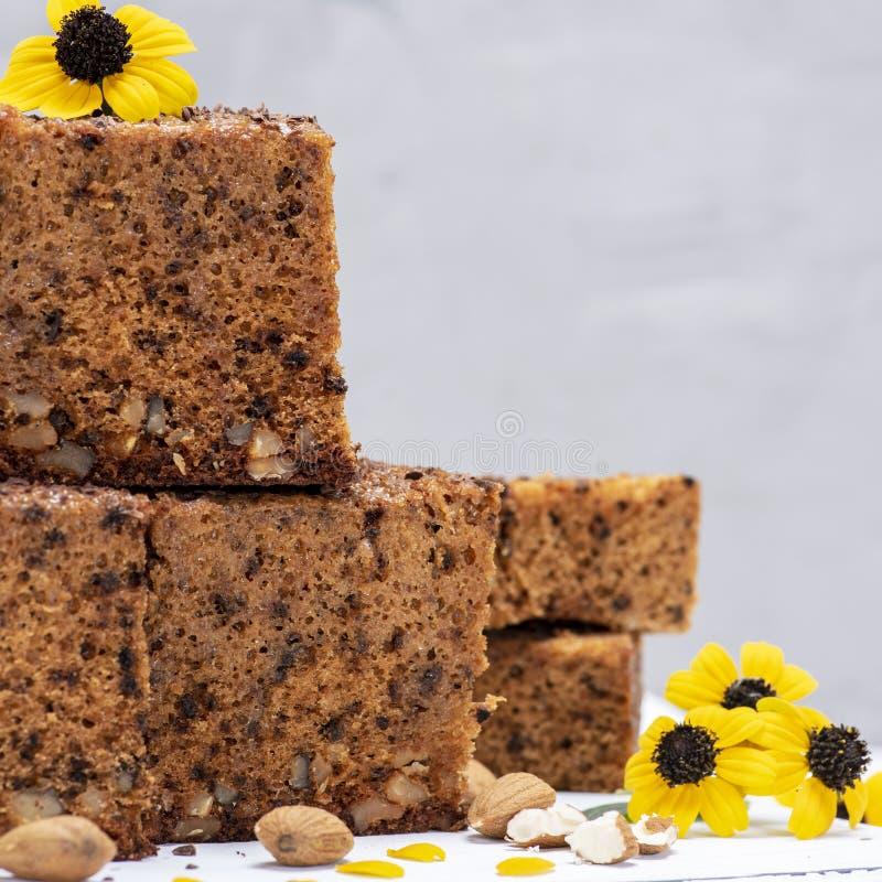Pile de tranches carrées cuites au four d'un tarte avec des écrous photo libre de droits