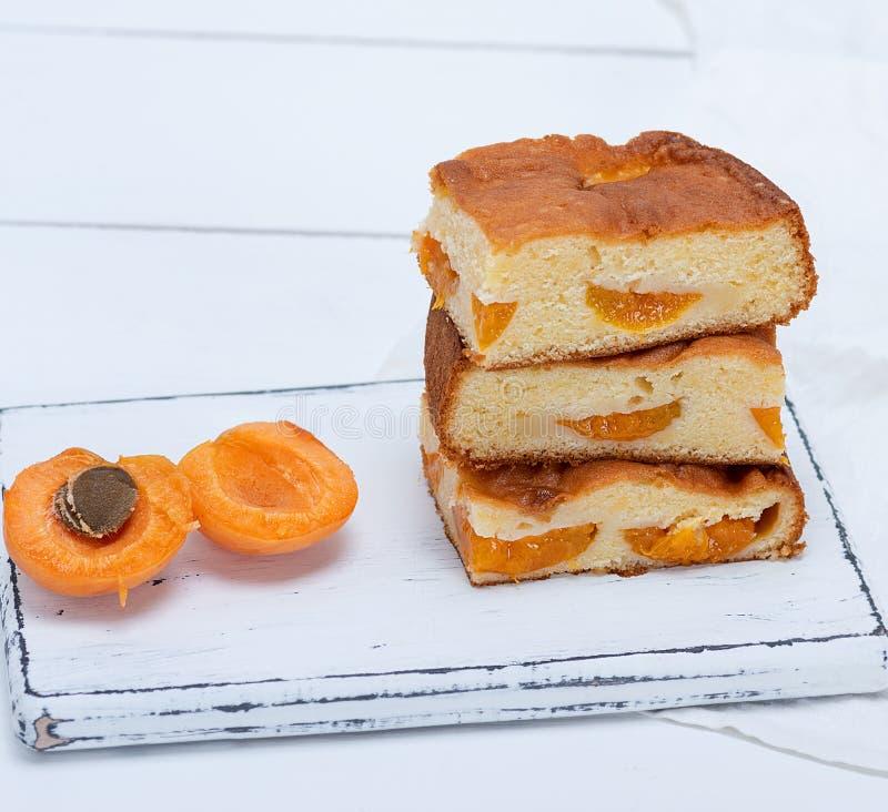 Pile de tranches carrées cuites au four d'un tarte de biscuit avec des abricots photos stock