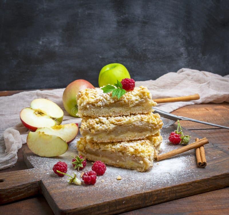 Pile de tranches cuites au four de tarte avec des pommes image stock
