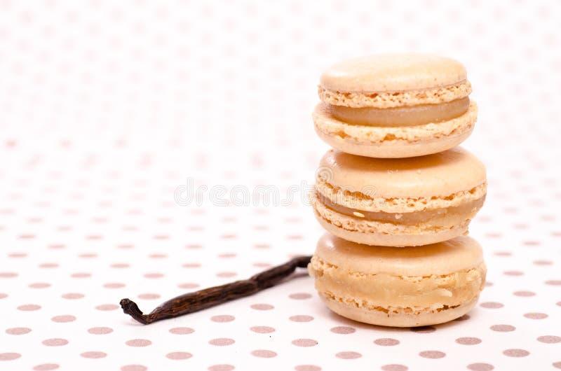 Pile de trois macarons avec la vanille photographie stock