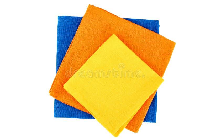 Pile de trois serviettes colorées de textile sur le blanc images stock