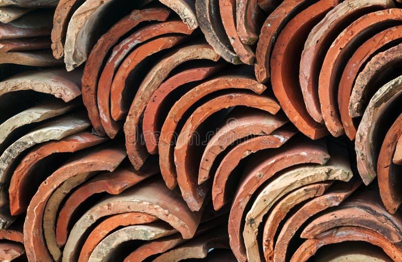 Pile de tuiles de toit rouges photos libres de droits