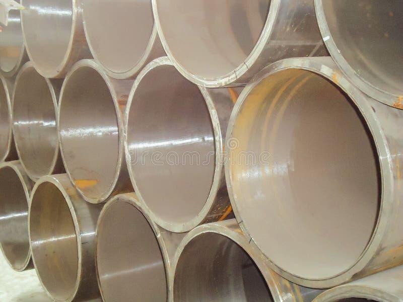 Pile de tuyaux d'acier de grand diamètre dans un entrepôt industriel Fabrication des constructions de bâtiments et des réseaux d' photos libres de droits