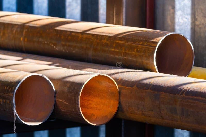 Pile de tuyaux d'acier ronds cylindrique photo libre de droits