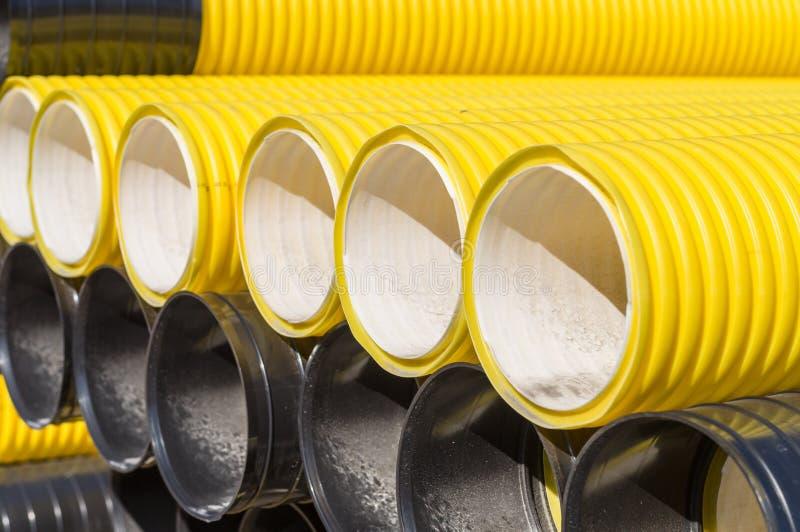 Pile de tuyaux en plastique ondulés photographie stock