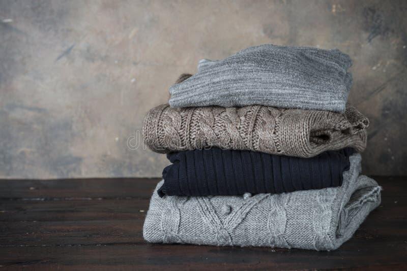Pile de vêtements de laine confortables images stock