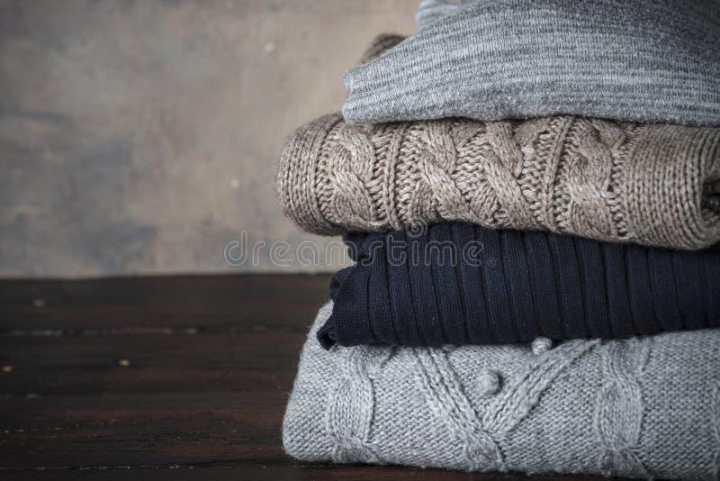 Pile de vêtements de laine confortables photo libre de droits