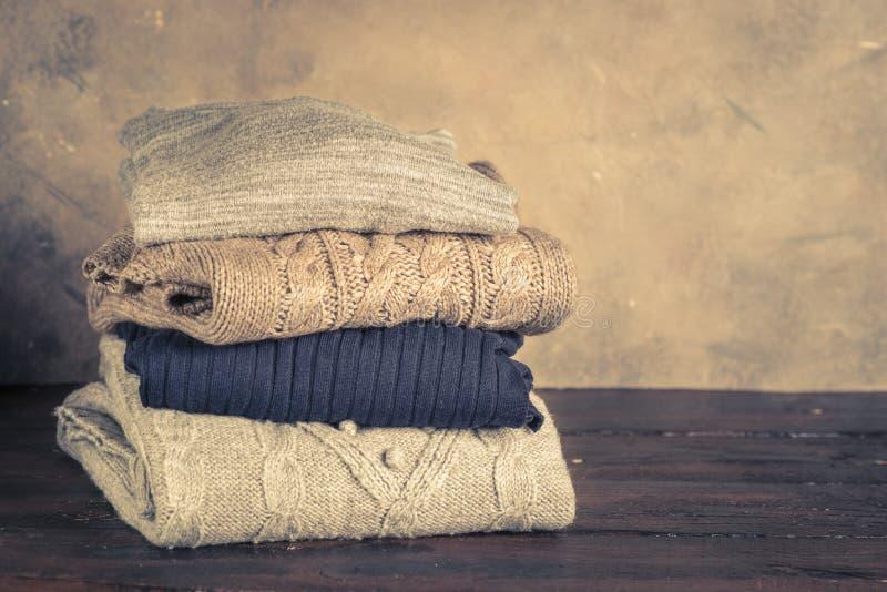 Pile de vêtements de laine confortables photos stock