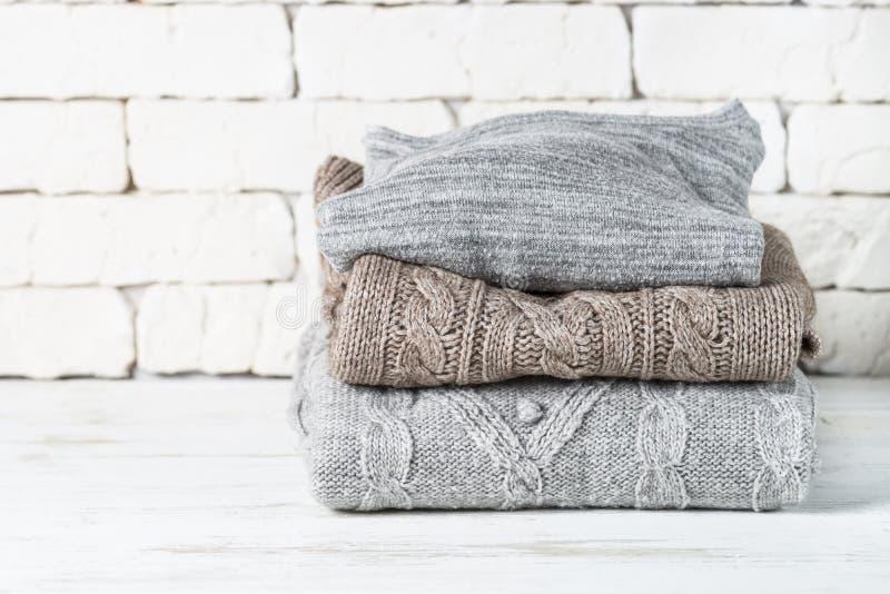 Pile de vêtements de laine confortables sur le blanc images libres de droits