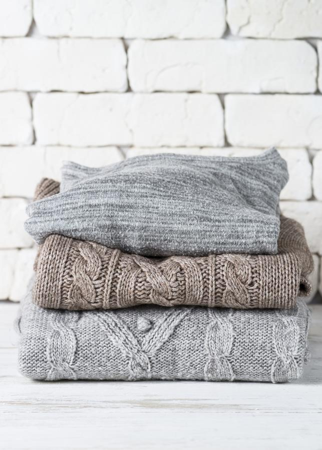 Pile de vêtements de laine confortables sur le blanc images stock