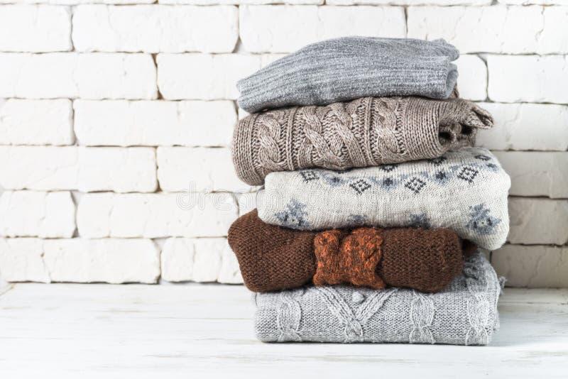 Pile de vêtements de laine confortables sur le blanc photo stock