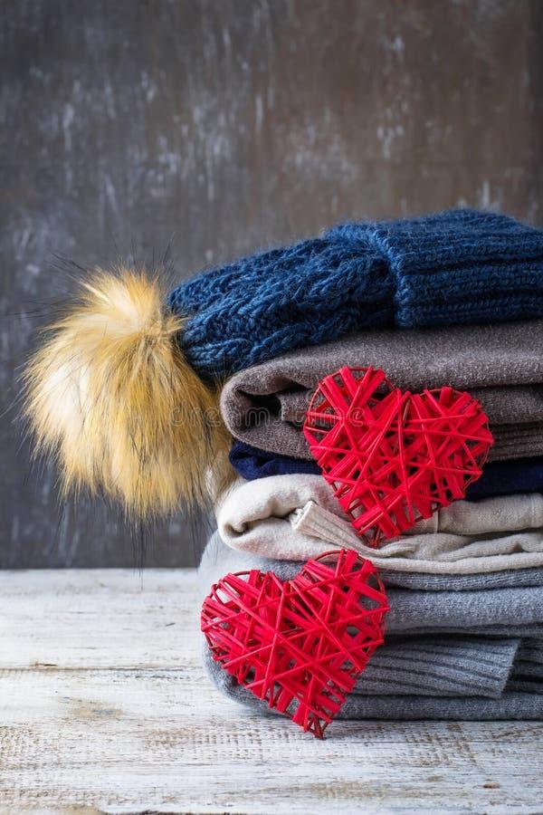 Pile de vêtements tricotés chauds photos libres de droits