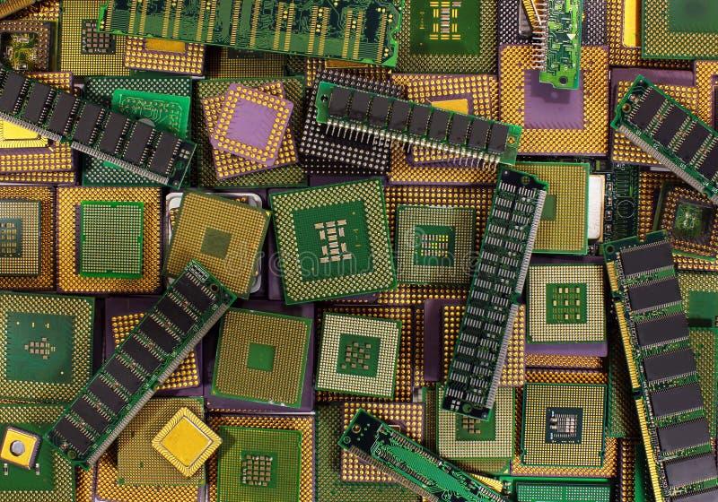 Pile de vieilles puces d'unité centrale de traitement, de processeurs obsolètes d'ordinateur et de modules de mémoire image libre de droits