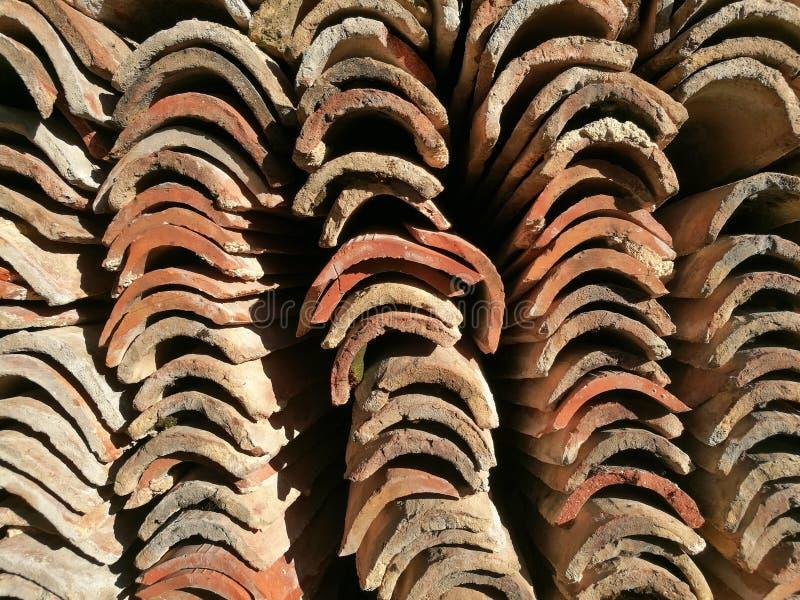 Pile de vieilles tuiles de toit image libre de droits