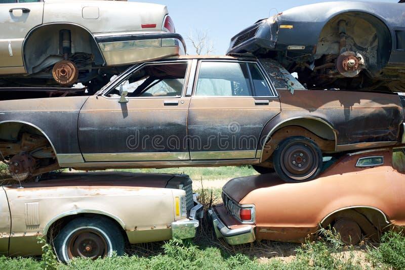 Pile de vieilles voitures de rouillement dans une cour de briseurs photos libres de droits