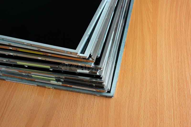 Pile de vieux affichage à cristaux liquides et panneaux de tft sur la table en bois photos stock