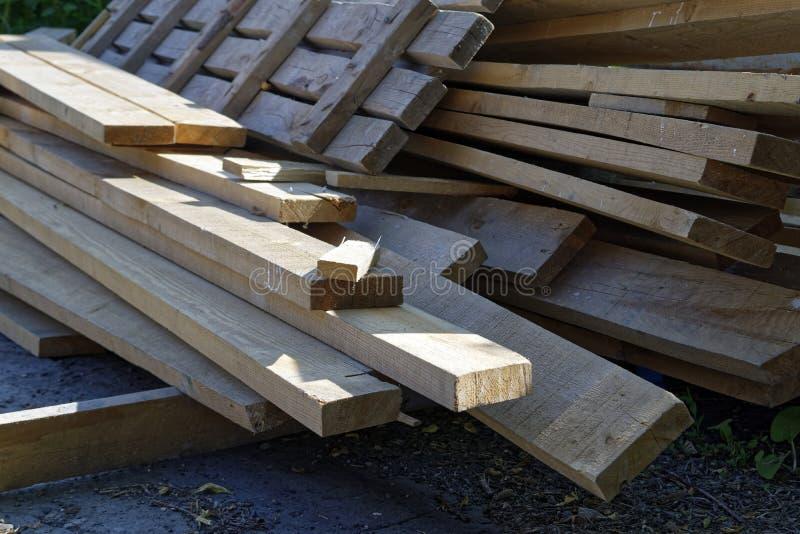 Pile de vieux conseils en bois photo libre de droits