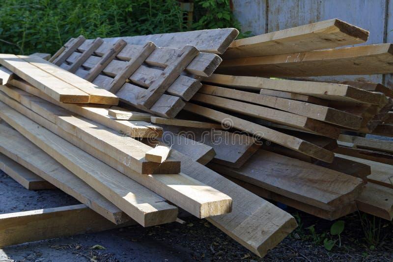 Pile de vieux conseils en bois photographie stock libre de droits