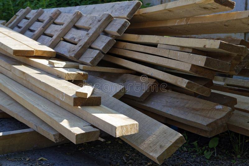 Pile de vieux conseils en bois photographie stock