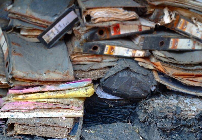 Pile de vieux documents, décomposée dans les sacs noirs, vieux déchets endommagés de documents de fond de pile de papier de docum photos stock