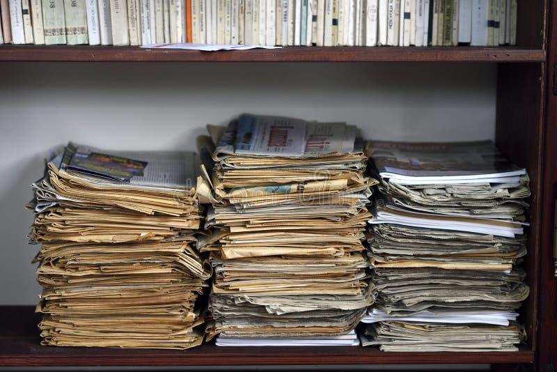 Pile de vieux journaux dans une pile photographie stock libre de droits