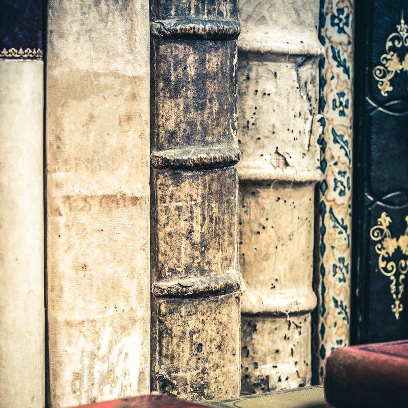 Pile de vieux livres Le vieux cuir a couvert des livres image stock
