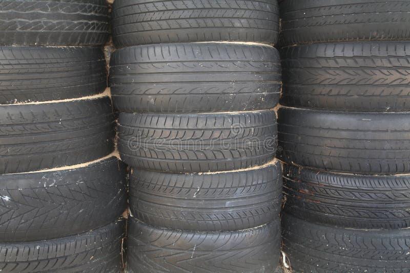 Pile de vieux pneus réglés photos stock