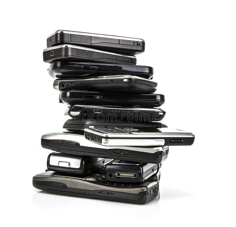 Pile de vieux téléphones portables image stock