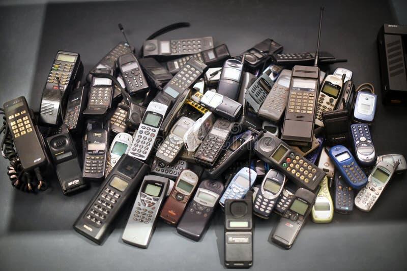 Pile de vieux téléphones portables photographie stock