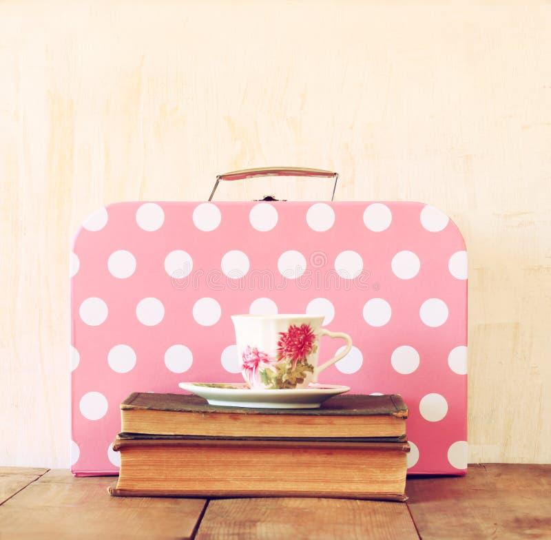 Pile de vieux valise, livres et tasse de thé de vintage image libre de droits