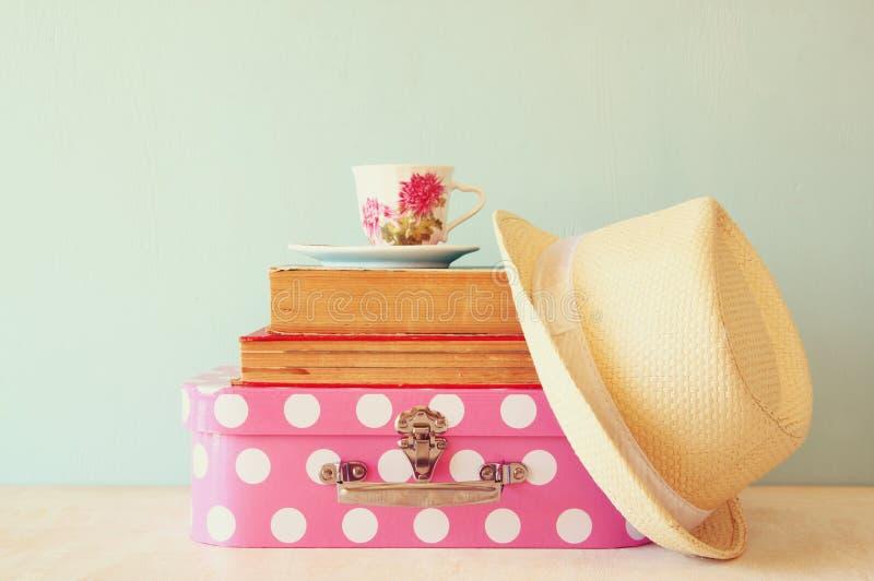 Pile de vieux valise, livres et tasse de vintage de thé au-dessus de table image stock