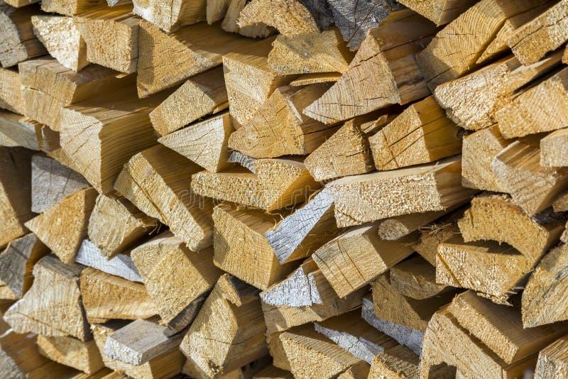 Pile dehors d'une manière ordonnée empilée de troncs secs coupés en bois sur lumineux photos stock