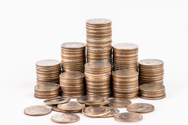 Pile della moneta isolate su fondo bianco Risparmio, concetto dei soldi di investimento Affare crescente della pila della moneta fotografia stock libera da diritti